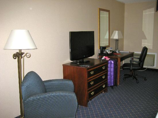 Holiday Inn Express Des Moines/Drake University: view of one side of the room