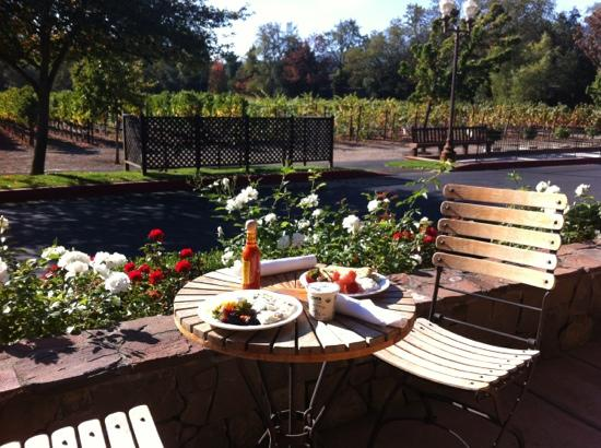Villagio Inn and Spa: Beautiful day for breakfast on the patio!
