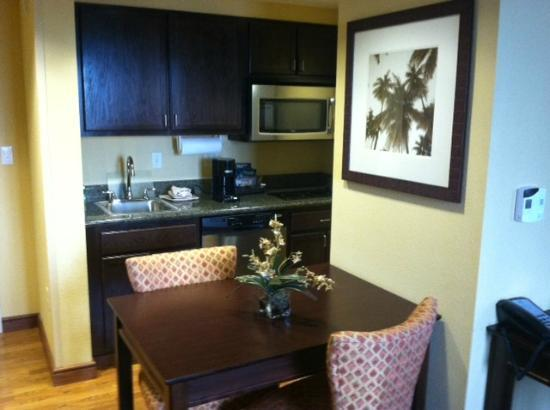 Homewood Suites West Palm Beach: Nice kitchen area