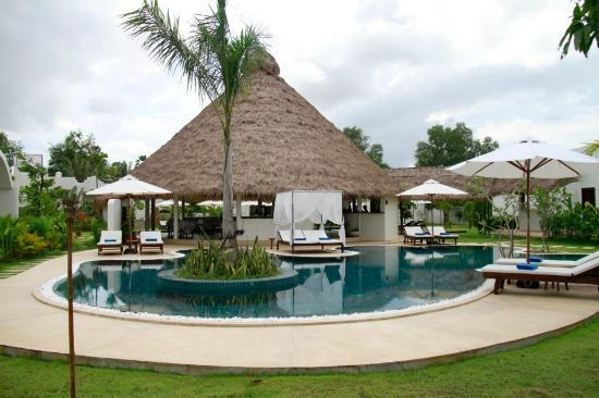 Navutu Dreams Resort & Spa: salt water pool and the dining area