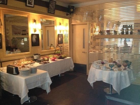 Ansen Suites: Cosy dining area with limited breakfast spread