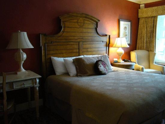 Norwich Inn: King bed in Ivy Lodge