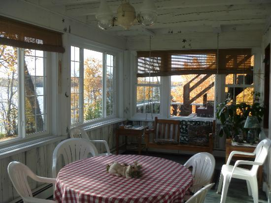 Hazen Inn: Sunroom overlooking the lake