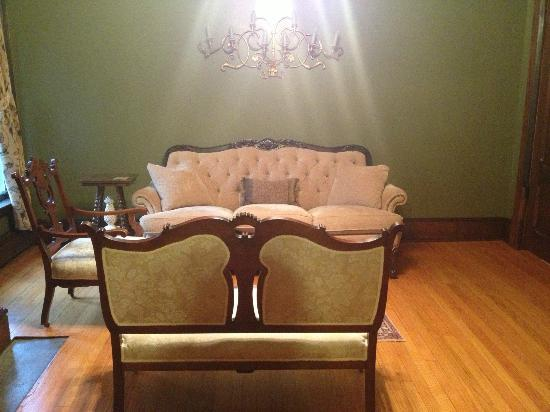 1840 Inn on the Main Bed and Breakfast: Two Settees