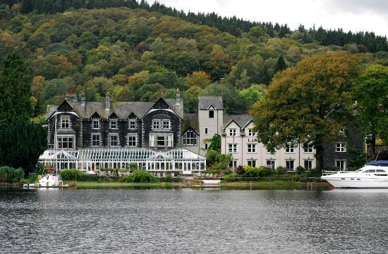 Newby Bridge, UK: hotel taken from the ferry