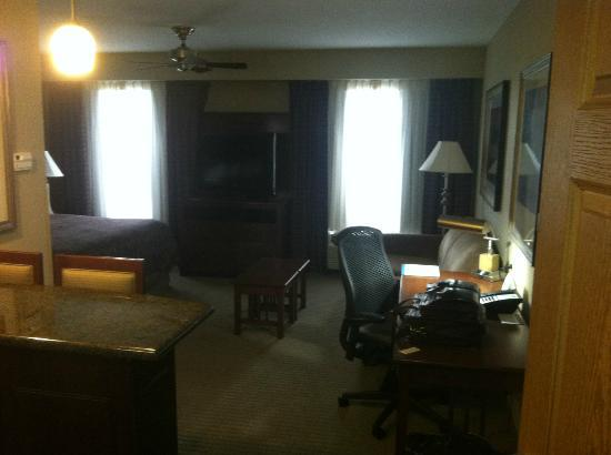 Staybridge Suites Columbia: stepping inside door.
