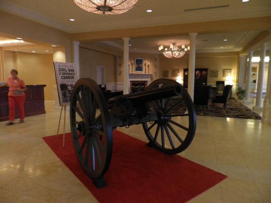 Wyndham Gettysburg: Cannon in lobby