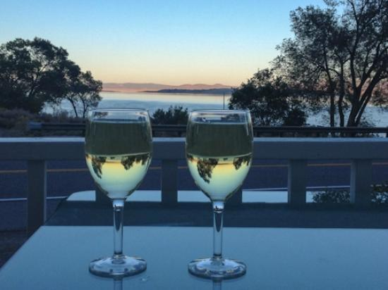 Tioga Lodge: we enjoyed a glass of wine while watching the sunset, a bit noisy with the traffic, but pleasant