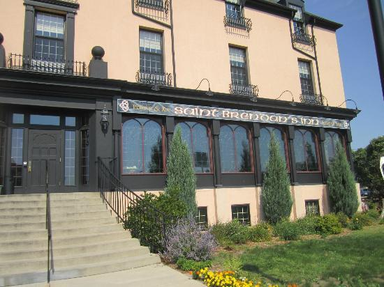 St. Brendan's Irish Inn: Front of hotel