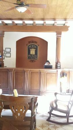 Hotel Plaza Colon: Front Desk