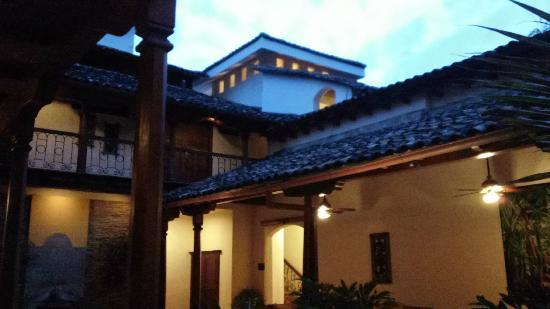 Hotel Plaza Colon: Courtyard At Dusk