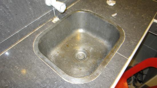 Dumaluan Beach Resort: dirty and rusty sink