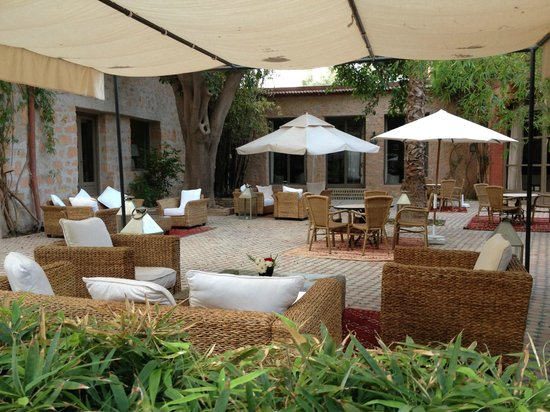 La Gazelle d'Or: Outdoor lounge area adjacent to outdoor eating area