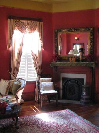 The Inn at 909 Lincoln: Front parlour