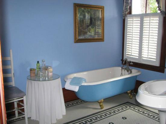 The Inn at 909 Lincoln: Look at that tub! There's a separate glass shower stall as well