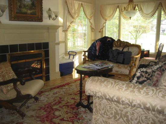 1896 House - Barnside Inn: the fireplace and cosy couches