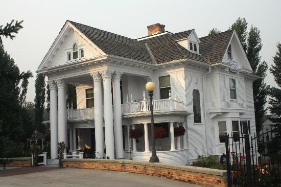 Gibson Mansion Bed and Breakfast: One hundred years of beauty.