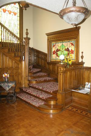 Gibson Mansion Bed and Breakfast: The gracious staircase.