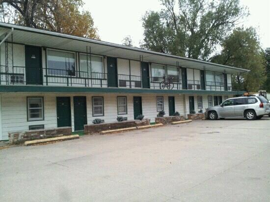 Avenue of the Saints Motel (Woods Motel): exterior