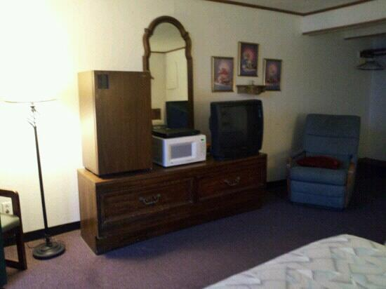 Avenue of the Saints Motel (Woods Motel): interior - fridge and microwave