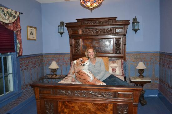 Haverhill, Nueva Hampshire: Taj Mahal Room-comfortable antique double bed
