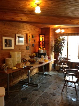Chalet Europe Hotel - Radium Hot Springs: breakfast table