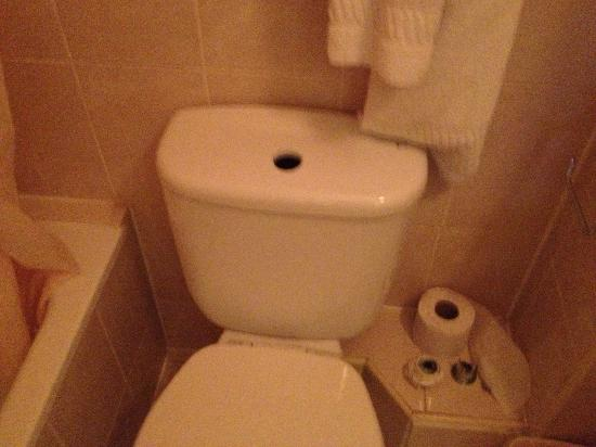Chrysos Hotel: Broken toilet