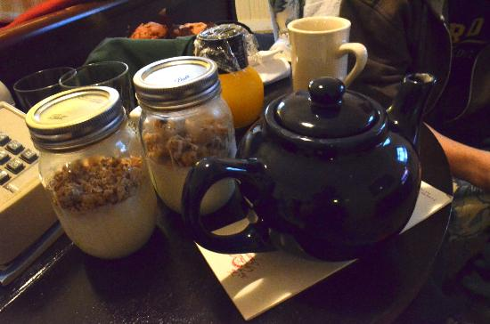 Inn at Gristmill Square: Delicious breakfast delivered to room!