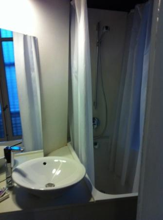 La Casa Gran: love room one! great shower ever! one of the top reasons makes us miss Barcelona!