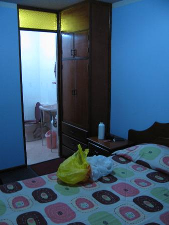 Hostal Victor - Airport Hostel: room and bathroom