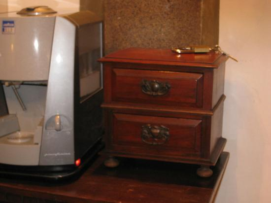 Navona Gallery &amp; Garden Suites: Loved the little coffee/tea chest