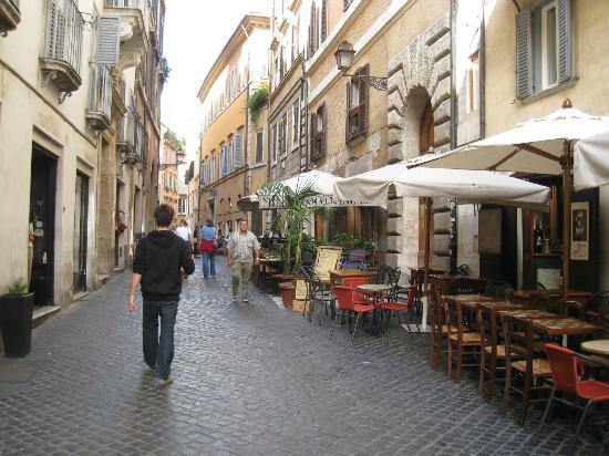 Navona Gallery & Garden Suites: Street leading up to Navona Garden Suites