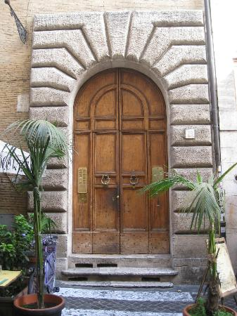 Navona Gallery & Garden Suites: Entrance to Navona Garden Suites