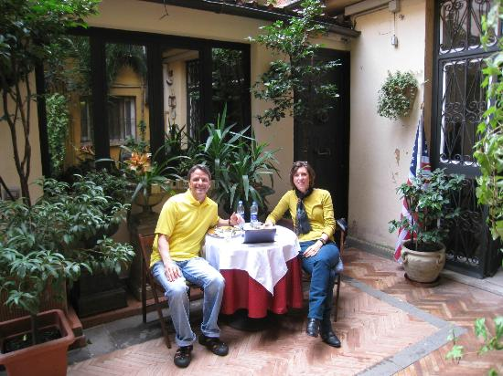 Navona Gallery & Garden Suites: Enjoying breakfast in courtyard
