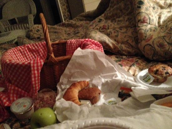 Coach House Inn: Breakfast in bed!