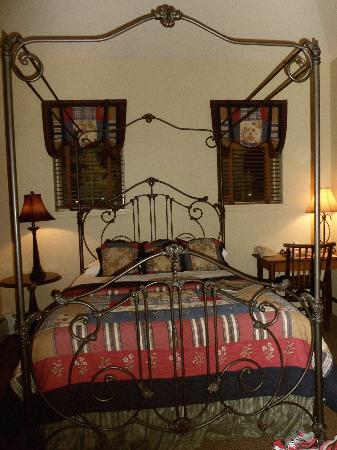 Annabelle Inn: Our bed
