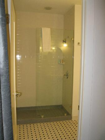 ‪‪Hotel Clarence‬: Nice size, comfortable bathroom.  Didn't care for towels under the sink (toothpaste spit zone!)‬