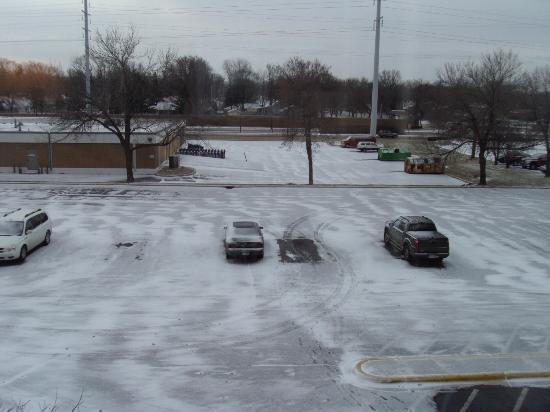 Super 8 Motel Bloomington: View from our room, 3rd floor on parking lot side
