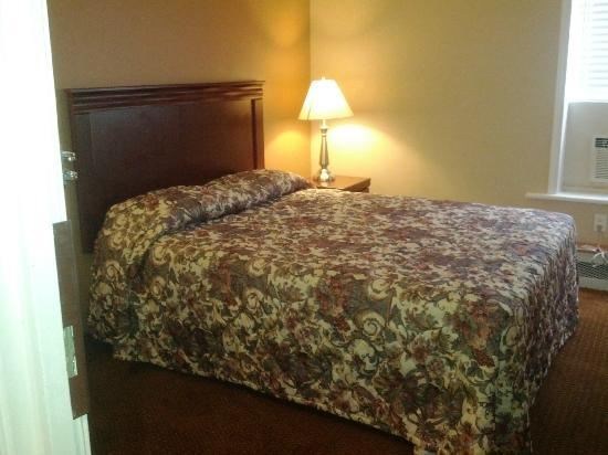 Knights Inn Toronto: Double Bed