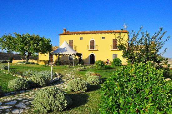 Masseria Grande: Haupthaus mit Terrasse und Garten
