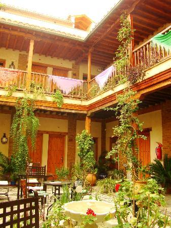 Abadia Hotel Granada: Central courtyard and patio