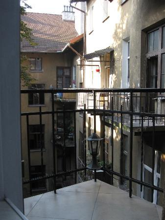 Angel House Bed & Breakfast: Courtyard view from the breakfast room & small back bedroom.
