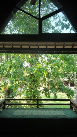 Hotel Vila Lumbung: Balcony with daybed