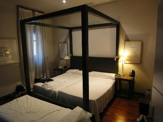 Hotel Banys Orientals: Suite; great (long!) beds and enough room to move