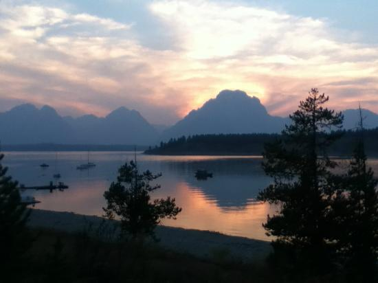 Signal Mountain Lodge: The view at sunset from our balcony - breathtaking!