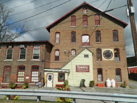 Housatonic, MA: Art et Industrie is located on the 2nd Floor of the Waubeck Mill Building
