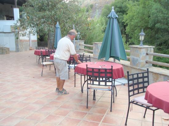 Hotel Molino Cuatro Paradas: Philip setting the tables with fine china.