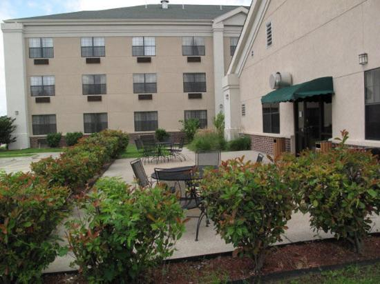 Quality Inn &amp; Suites: Exterior Patio