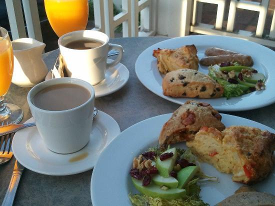 Inn On Summerhill: Sumptuous breakfast on the balcony with ocean view at Inn at Summerhill