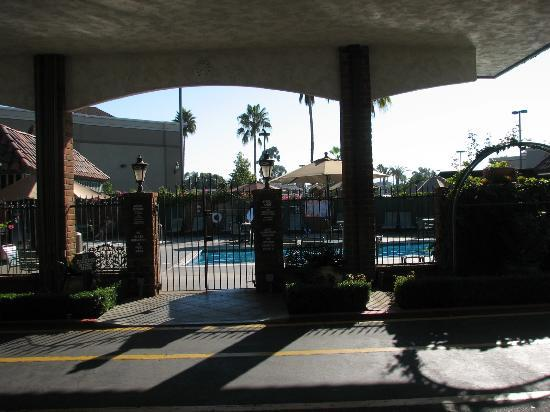 Laguna Hills Lodge: View of Pool Area from Front Desk